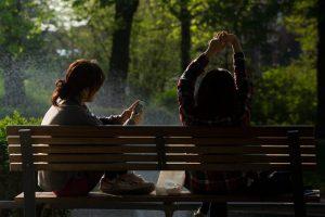 osoby siędzące na ławce